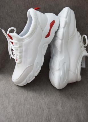 Качественные демисезонные кроссовки на высокой подошве белые1 фото