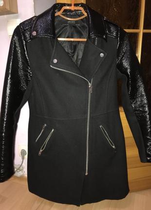 Чорне стильне пальто