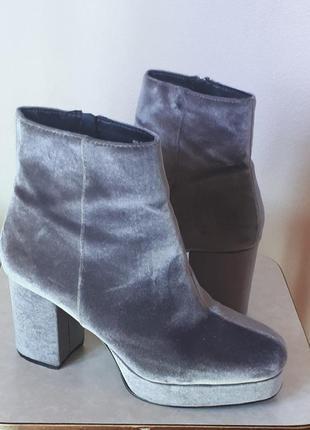 Сияющие серебристые замшевые  велюровые бархатные ботильоны ботинки