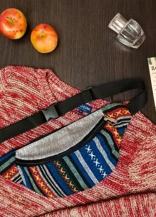 Яркая бананка, сумка на пояс, синий текстиль с узором.