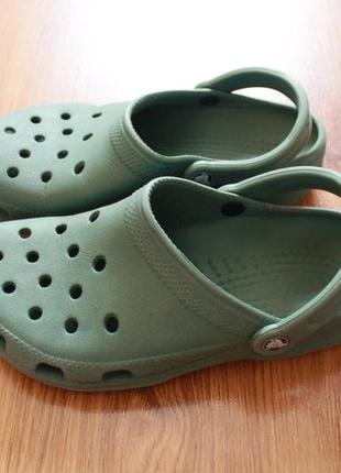 Замечательные унисекс сандалии темно зеленого цвета crocs