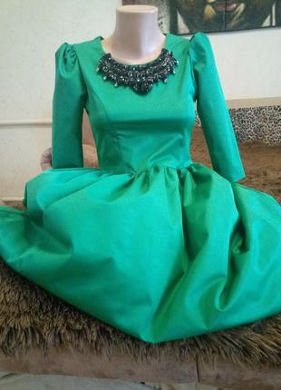 Красивое платье изумрудного цвета