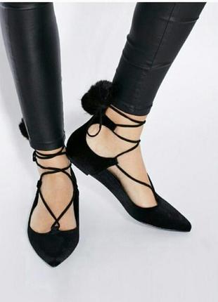 Стильные туфли с меховыми помпонами
