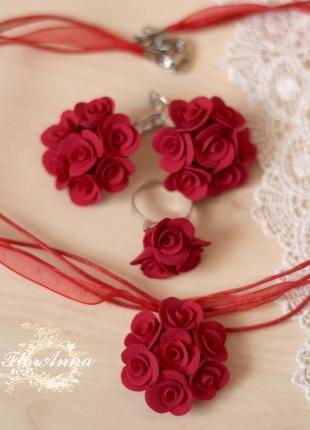Комплект украшений с красными розами. кулон, кольцо и серьги