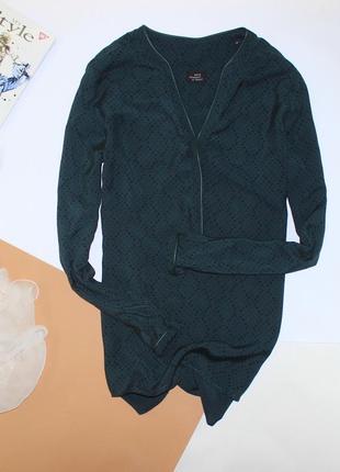 Шикарная изумрудная блуза с кожаной обработкой в принт