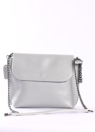 Красивая кожаная сумка на длинной цепочка, светло-серая