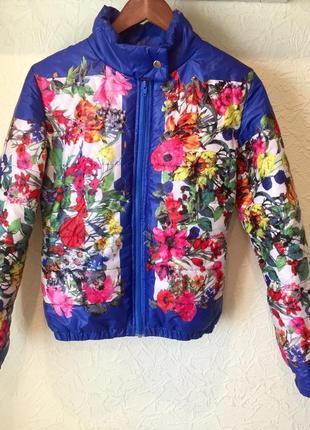 Яркая весенняя женственная куртка с цветочным принтом