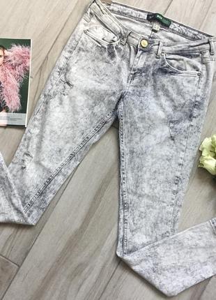 Серые летние джинсы с дырками bershka