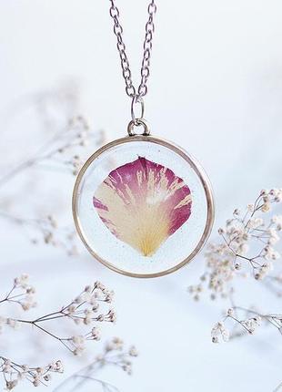Круглый прозрачный кулон с лепестком розы