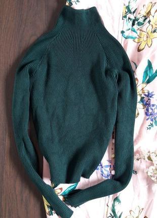 Гольф свитер в рубчик глубокого зеленого цвета изумрудный bershka