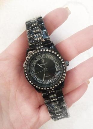 Часы с камнями в подарочной коробочке