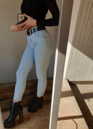 Стильные голубые светлые джинсы скинни от denim co