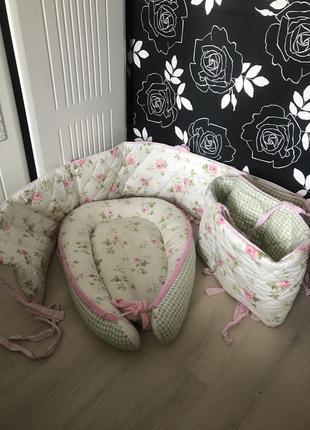 Набор в кроватку бортики, кокон, наматрасник и три простыни