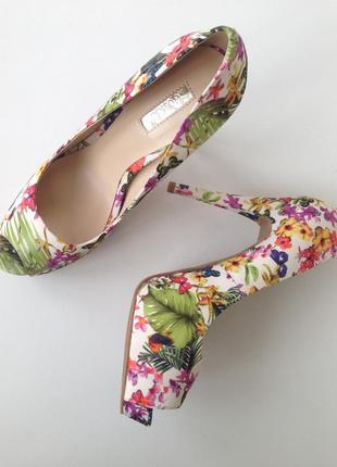 Туфли/босоножки guess цветочный принт 37 размер