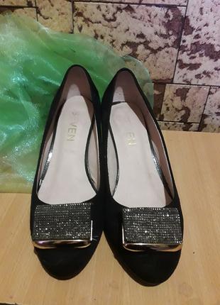 Туфли на низком каблуке украшены потрясающей пряжкой