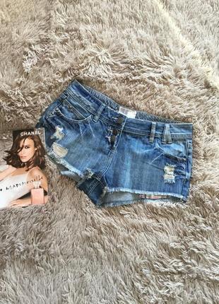 Короткие джинсовые шорты с прорезами