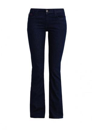 Тёмно-синие джинсы клеш на высокую девушку