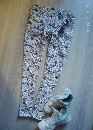 Белые джинсы в буквенный принт