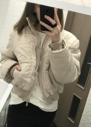 Короткая куртка бежевая нюд светлая демисезонная укороченная курточка дутая дутик большая