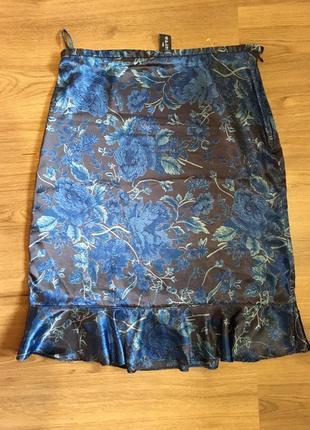Лёгкая атласная юбка с воланом,принт gap