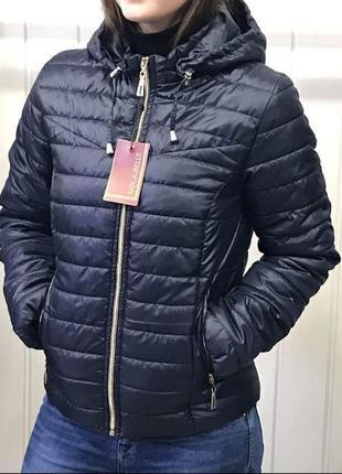 Женская демисезонная короткая куртка на синтепоне.