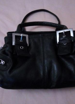 Черная кожаная сумка от фирмы clarks