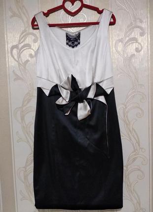 Вечернее атласное платье с дизайнерским бантом.