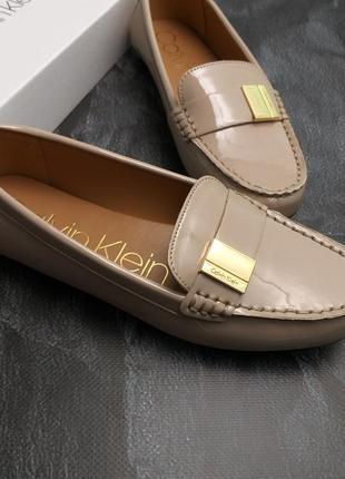 Calvin klein оригинал бежевые лаковые туфли макасины лоферы бренд из сша7 фото