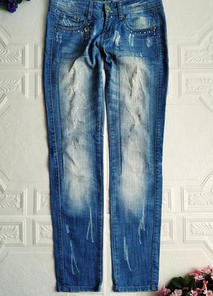 Прямые джинсы с потертостями и стразами