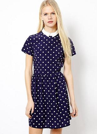 Темно-синее платье в горох с воротничком