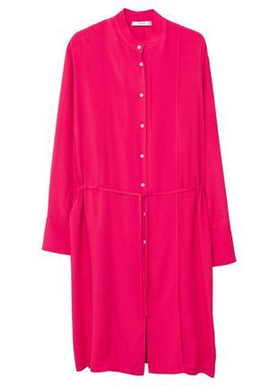 Классное вискозное платье-рубашка -кафтан цвета фуксии от бренда mango