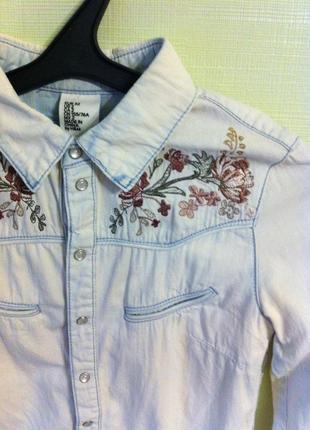 Джинсовая рубашка в вышивкой