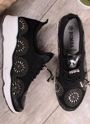 Черные кроссовки со стразами