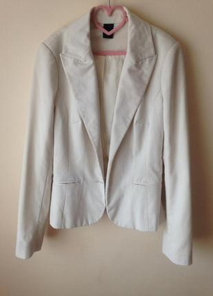 Білий піджак з атласною підкладкою