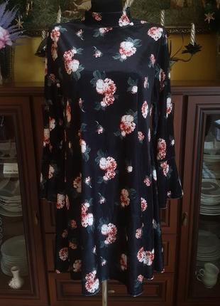 Розкошное бархатное платье сводного кроя с розами в ретро винтпжном стиле с рукавами клеш
