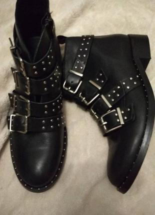 Очень класние, модние, кожание ботинки чорного цвета