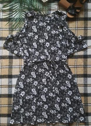 Летнее платье с поясом  с вырезами на плечах