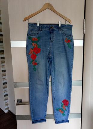 Стильные джинсы с высокой посадкой и с вышивкой.размер 46-48