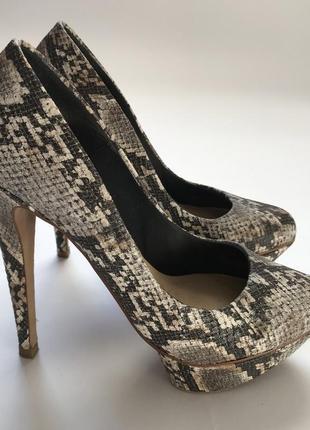 Туфли на высоком каблуке в змеиный принт от bershka размер 38.
