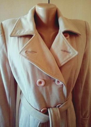 Весеннее классическое пальто светло бежевого цвета
