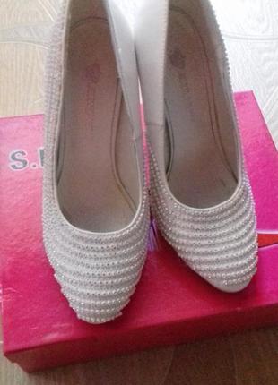 Красивые кожаные удобные свадебные туфли