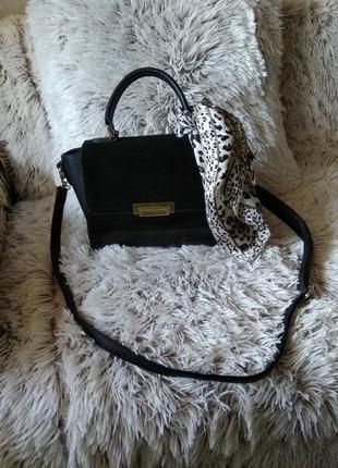 Небольшая чёрная сумка с золотистой фурнитурой1 фото