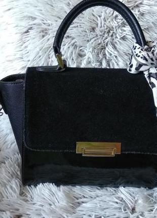 Небольшая чёрная сумка с золотистой фурнитурой2 фото