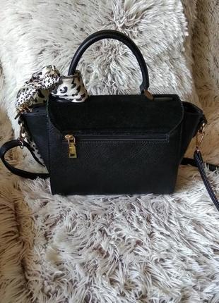 Небольшая чёрная сумка с золотистой фурнитурой3 фото