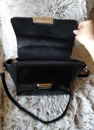 Небольшая чёрная сумка с золотистой фурнитурой4 фото