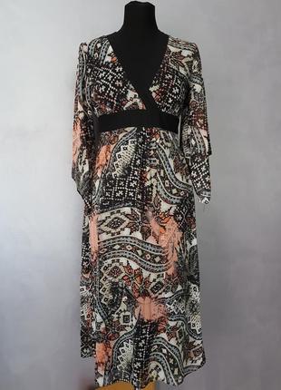 Лёгкое миди платье с расклешенным рукавом