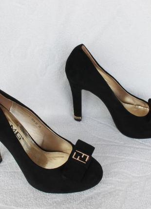 Шикарные туфли 39 размера на устойчивом каблуке