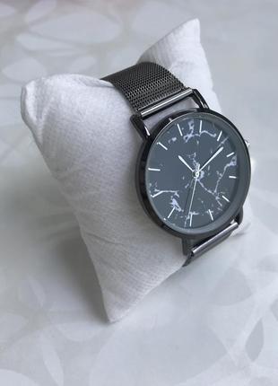 Женские наручные металлические тонкие мраморные часы графит черные3 фото