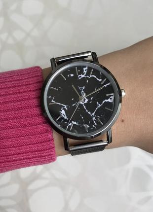 Женские наручные металлические тонкие мраморные часы графит черные2 фото