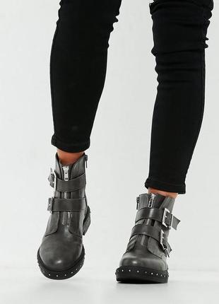 Missquided. товар из англии. байкерские ботинки с шипами и двойными ремнями.
